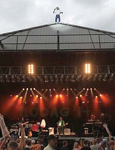 Country singer Neal McCoy thrills the crowd with a rooftop appearance to sing his finale at a recent Hodag Country Festival concert. McCoy has performed for 20 consecutive years at the festival. (Photo provided)